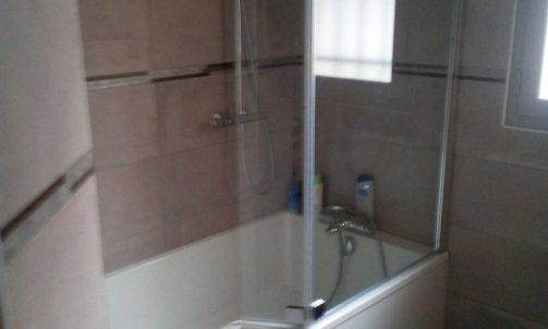 Baignoire/douche avec colonne de douche thermostatique et pare douche pliant en verre sécurit