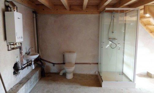 Cabine de douche, WC, lavbo et chauffe bain gaz sans électricité