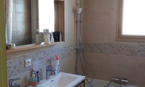 Réfection d'une salle de bain par la pose d'une baignoire et d'un meuble 2 vasques avec miroir