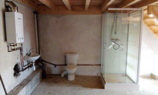 Salle de bain dans une jasserie avec chauffe eau gaz sans électricité